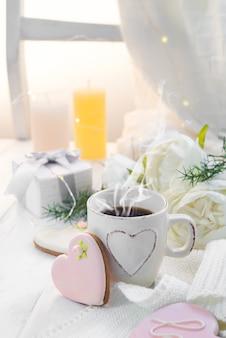 Hartkoekjes met kop van koffie op houten achtergrond met plaid, exemplaarruimte