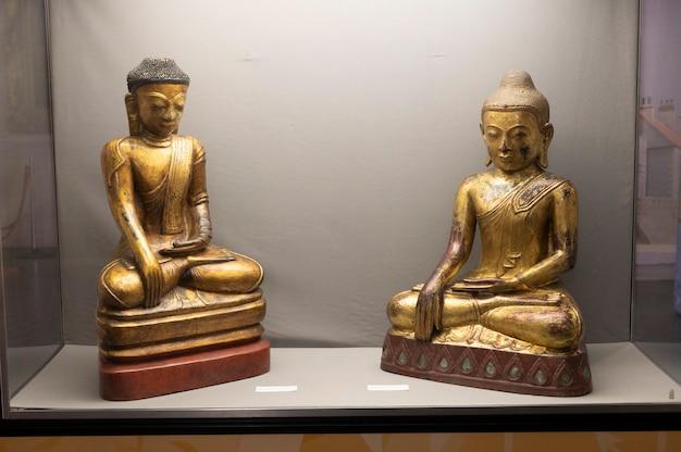 Hartlepool, vk - 27 juli 2021: het national museum of the royal navy, in het noorden van engeland. houten gouden budha beeld.