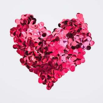 Hartontwerp gemaakt van roze confetti