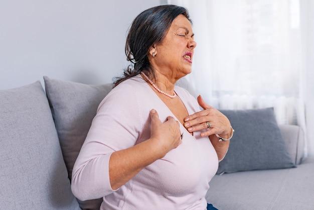 Hartpijn. rijpe vrouw houdt haar hart