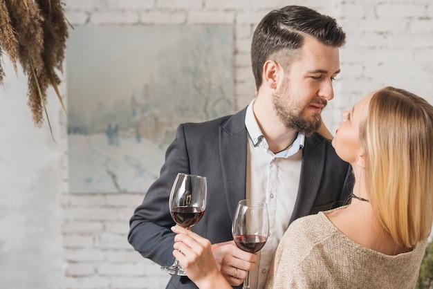 Hartstochtelijk jong paar met wijn