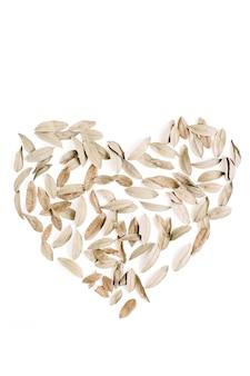Hartsymbool gemaakt van gedroogde bladeren valentijnsdag achtergrond