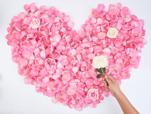 Hartsymbool gemaakt van roze rozenblaadjes