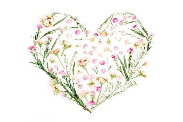 Hartsymbool gemaakt van wilde bloemen valentijnsdag achtergrond