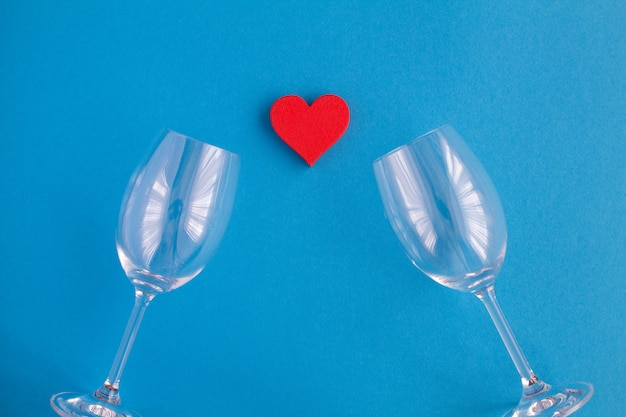 Hartvorm en lege wijnglazen
