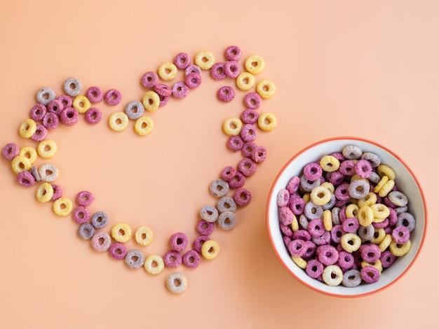 Hartvorm gemaakt met ontbijtgranen en kom