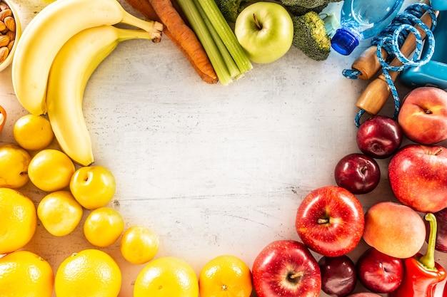 Hartvorm gemaakt van biologische groenten, vers fruit en oefentools bovenaanzicht