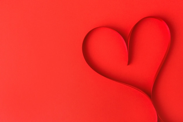Hartvorm gemaakt van lint op rood
