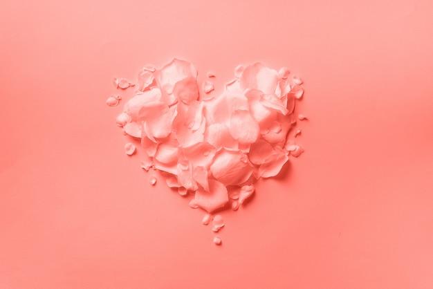 Hartvorm gemaakt van rozenblaadjes. bovenaanzicht, platliggend