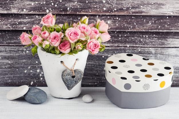 Hartvorm geschenk, roze rozen in betonnen pot