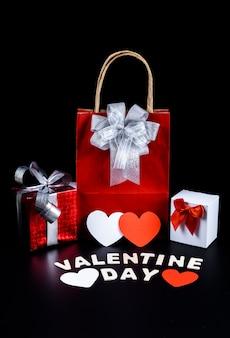 Hartvorm, geschenkdoos, tas en houten letters woord