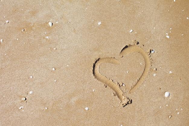 Hartvorm in het zand met schelpen