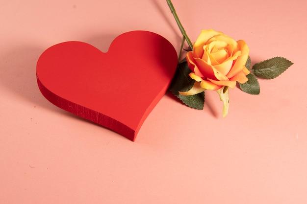 Hartvorm met een roos aan de zijkant die liefde symboliseert. ..