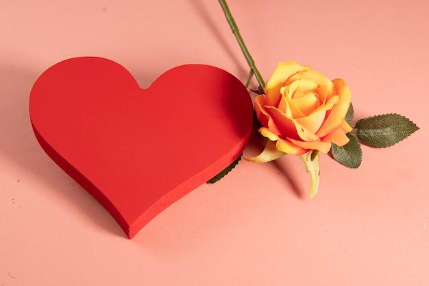 Hartvorm met een roos aan de zijkant die liefde symboliseert Premium Foto