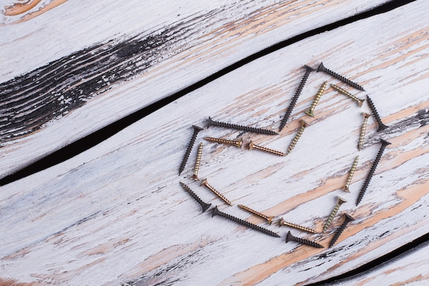 Hartvorm van hulpmiddelen van de bouw op houten achtergrond