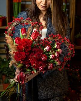 Hartvormig boeket van rode tulpen en rozen