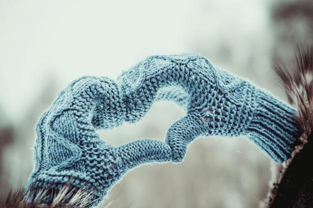 Hartvormig handen in de handschoenen buiten