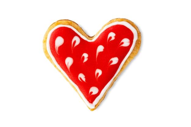 Hartvormig koekje met suikerglazuur dat op wit wordt geïsoleerd
