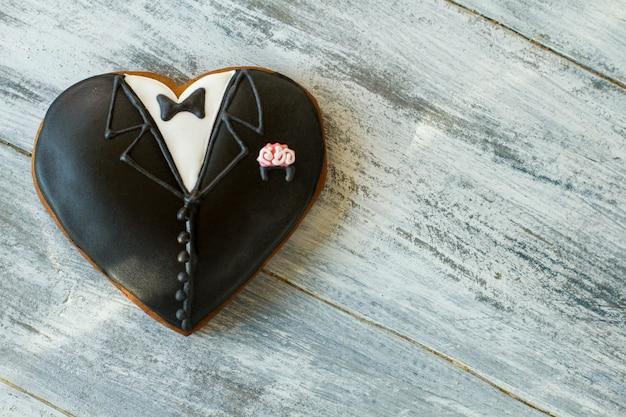Hartvormig smokingkoekje. donker gekleurd bruiloftskoekje. voel de smaak van vakantie. symbool van een nieuw begin.