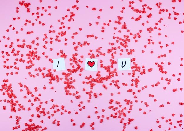 Hartvormig snoepgoed voor valentijnsdag en brieven ik hou van je