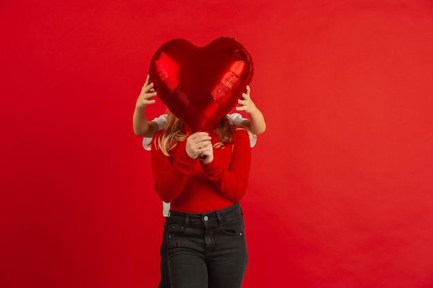 Hartvormige ballon voor het gezicht van een meisje