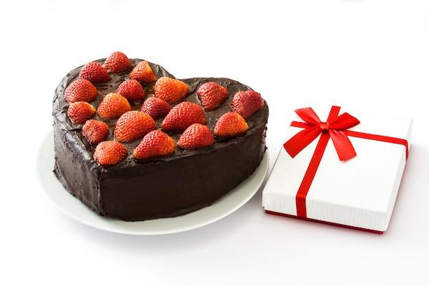 Hartvormige cake voor valentijnsdag of moederdag op een witte achtergrond