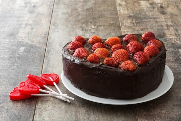 Hartvormige cake voor valentijnsdag of moederdag op houten