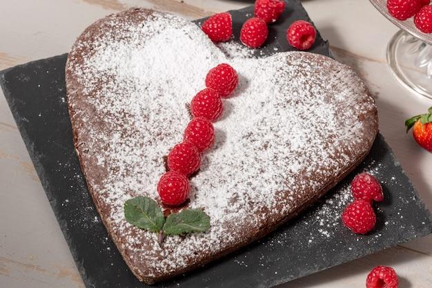 Hartvormige chocoladetaart met aardbeien