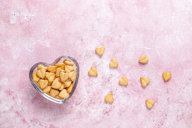 Hartvormige crackers in een hartvormige kom.