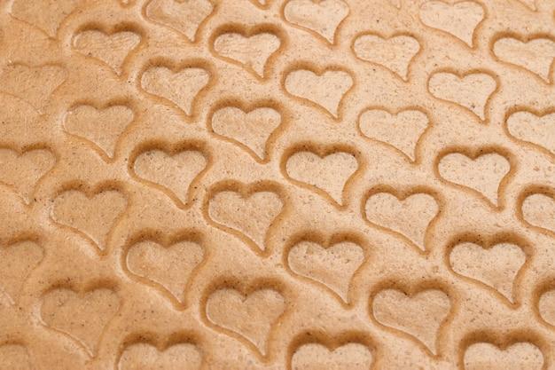 Hartvormige deegachtergrond. koekjesachtergrond voor valentijnskaarten