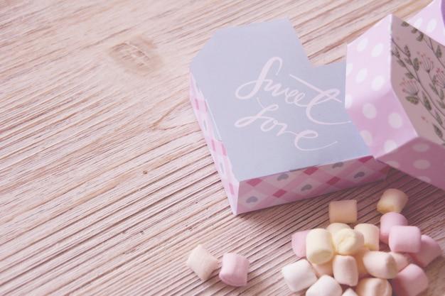 Hartvormige dozen en marshmallows