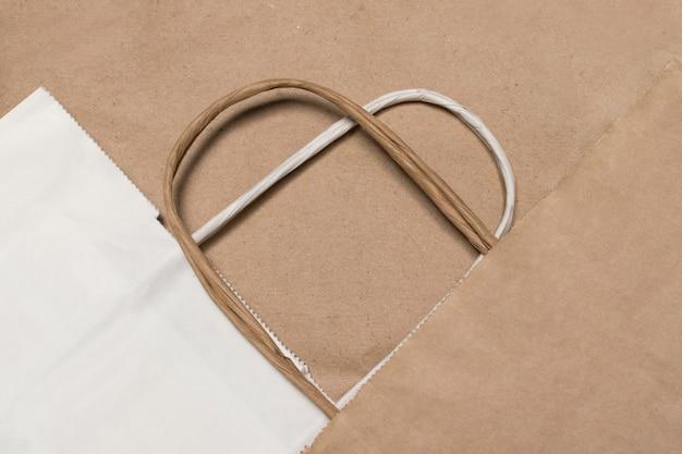 Hartvormige eco-vriendelijke papieren boodschappentassen voor supermarkten. laten we de planeet redden. plastic vrij