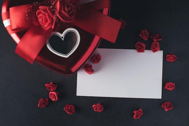 Hartvormige geschenkdoos met lege notitie kaart, valentijnsdag