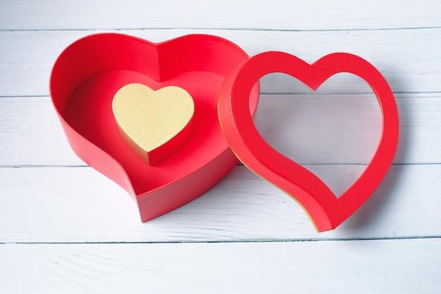 Hartvormige geschenkdozen. bovenaanzicht. fijne valentijnsdag.