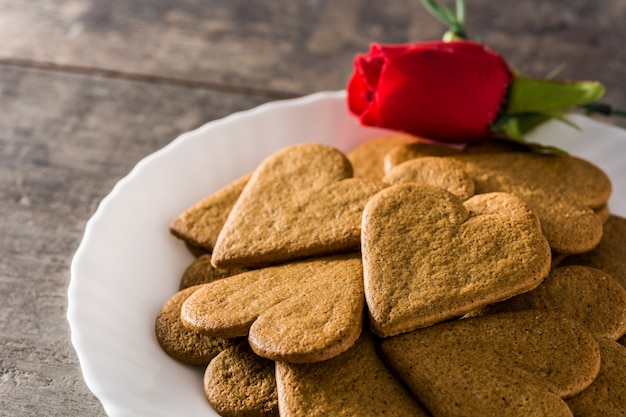 Hartvormige koekjes en rode roos