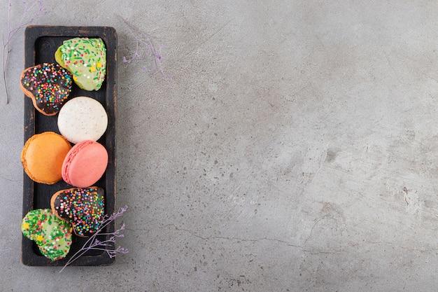 Hartvormige koekjes met hagelslag op een stenen tafel.