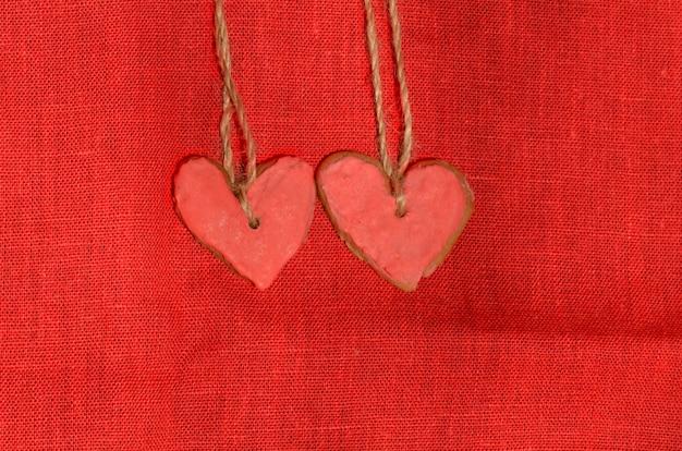 Hartvormige koekjes met rode suikersuiker