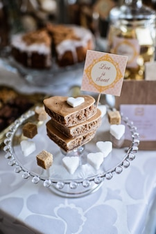 Hartvormige koekjes op een dienblad. zoete tafel in het restaurant, feestelijke portie