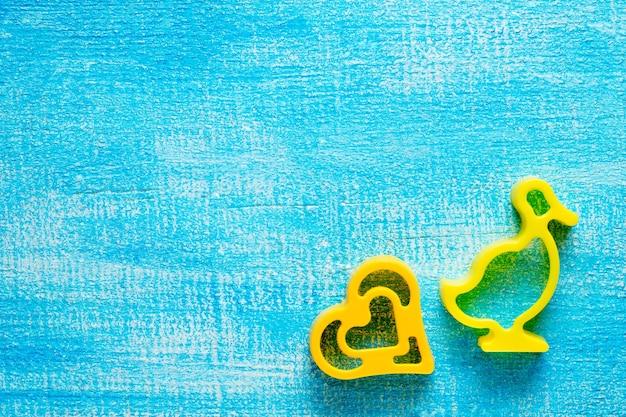 Hartvormige koekjes op een houten tafel, selectieve aandacht.