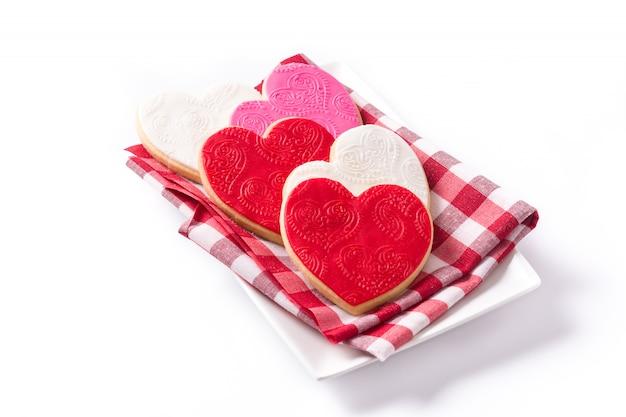 Hartvormige koekjes voor valentijnsdag geïsoleerd op een witte ondergrond.