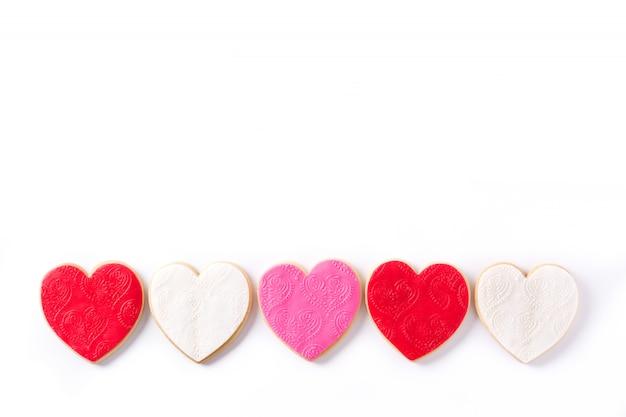 Hartvormige koekjes voor valentijnsdag geïsoleerd.