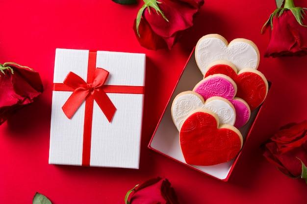 Hartvormige koekjes voor valentijnsdag in geschenkdoos op rood