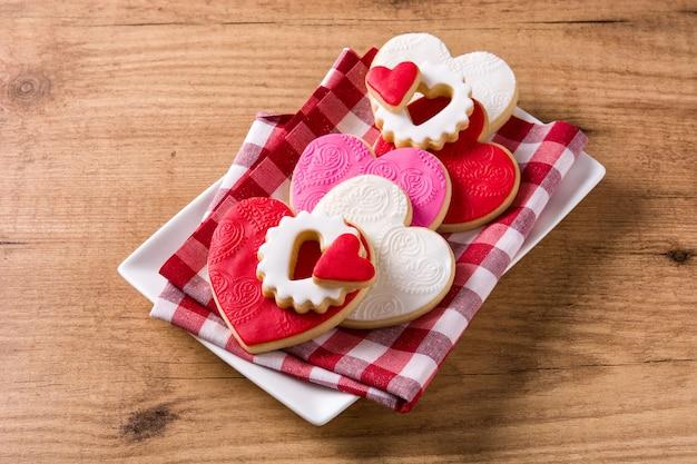 Hartvormige koekjes voor valentijnsdag op houten oppervlak