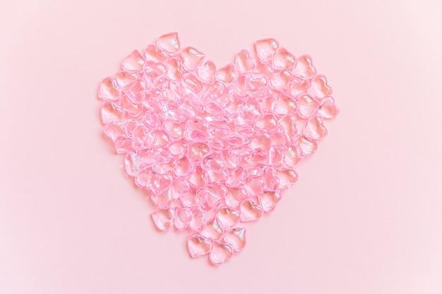Hartvormige objecten veel roze harten geïsoleerd op roze pastel achtergrond