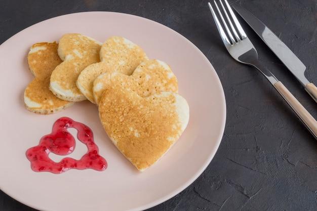 Hartvormige pannenkoeken voor het ontbijt op valentijnsdag