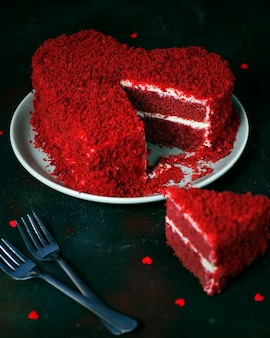 Hartvormige rode fluwelen cake op donker