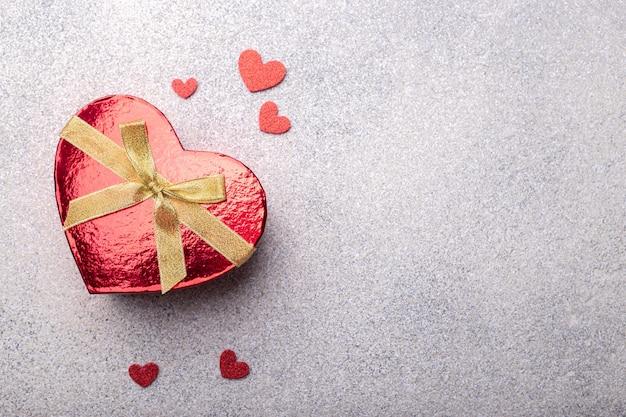 Hartvormige rode geschenkdoos met hartjes