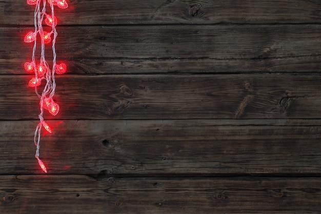 Hartvormige slinger op oude donkere houten achtergrond