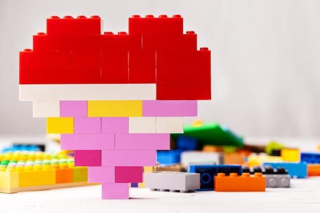Hartvormige speelgoedconstructeur details op witte achtergrond