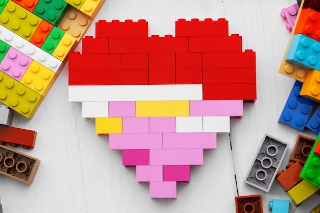 Hartvormige speelgoedconstructeur details op witte achtergrond Premium Foto